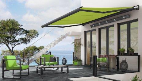 Bild på en terrassmarkis från tillverkaren Markilux, med grön markisväv.