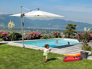 alu parasol ved pool